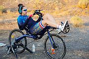 Atlete Jennifer Breet is zich aan het opwarmen. Op zondagavond vindt de eerste race plaats. Het Human Power Team Delft en Amsterdam, dat bestaat uit studenten van de TU Delft en de VU Amsterdam, is in Amerika om tijdens de World Human Powered Speed Challenge in Nevada een poging te doen het wereldrecord snelfietsen voor vrouwen te verbreken met de VeloX 9, een gestroomlijnde ligfiets. Het record is met 121,81 km/h sinds 2010 in handen van de Francaise Barbara Buatois. De Canadees Todd Reichert is de snelste man met 144,17 km/h sinds 2016.<br /> <br /> With the VeloX 9, a special recumbent bike, the Human Power Team Delft and Amsterdam, consisting of students of the TU Delft and the VU Amsterdam, wants to set a new woman's world record cycling in September at the World Human Powered Speed Challenge in Nevada. The current speed record is 121,81 km/h, set in 2010 by Barbara Buatois. The fastest man is Todd Reichert with 144,17 km/h.
