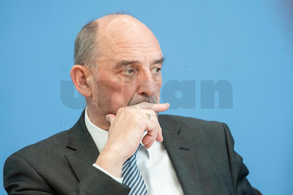 """31 MAR 2020, BERLIN/GERMANY:<br /> Detlef Scheele, Vorsitzender des Vorstandes der Bundesagentur für Arbeit, waehrend einer Pressekonferenz zum Thema """"Zur Lage am deutschen Arbeitsmarkt"""" waehrend der Corona-Krise, Bundespressekonferenz<br /> IMAGE: 20200331-01-049<br /> KEYWORDS: BPK"""