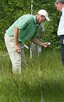 LEUSDEN -  Out of bounds of niet voor  golfer Joost Steenkamer . Joost overlegt met referee  Stern Open 2003 op de Hoge Kleij. COPYRIGHT KOEN SUYK