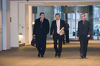 14 DEC 2008, BERLIN/GERMANY:<br /> Josef Ackermann, Vorstandsvorsitzender Deutsche Bank, und Hubertus Schmoldt, Vorsitzender der Gewerkschaft IG Bergbau, Chemie, Energie ,IG BCE, auf dem Weg zum Konjunkturgespraech, Sitzung der Expertenrunde Wirtschaft zur Banken- und Finanzkrise / Wirtschaftskrise, Bundeskanzleramt<br /> IMAGE: 20081214-01-001<br /> KEYWORDS: Finanzkrise, Bankenkrise, Konjunkturgespräch