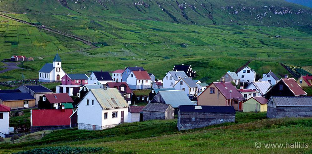 Húsin í bænum Gjógv í Færeyjum / Faroe Islands, houses in the small town, Gjogv