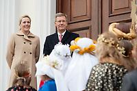 06 JAN 2012, BERLIN/GERMANY:<br /> Christian Wulff (2.v.L), Bundespraesident, und Bettina Wulff (L), Gattin des Bundespraesidenten, vor der Tuere des Schlosses, waehrend dem Sternsingerempfang der 54. Aktion Dreikoenigssingen 2012, Schloss Bellevue<br /> IMAGE: 20120106-01-011<br /> KEYWORDS: Sternsinger, Heilige drei Könige, Heilige drei Koenige, Dreikönigssingen, Ehefrau, Politikerfrau,