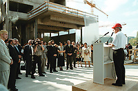 03 SEP 1999, BERLIN/GERMANY:<br /> Karl-Heinz Klär, Staatssekretär, Bevollmächtigter des Landes Rheinland-Pfalz beim Bund, begrüßt seine Gäste beim Richtsfest der zukünftigen Rheinland-Pfalz Landesvertretung beim Bund in Berlin<br /> IMAGE: 19990903-01/02-21