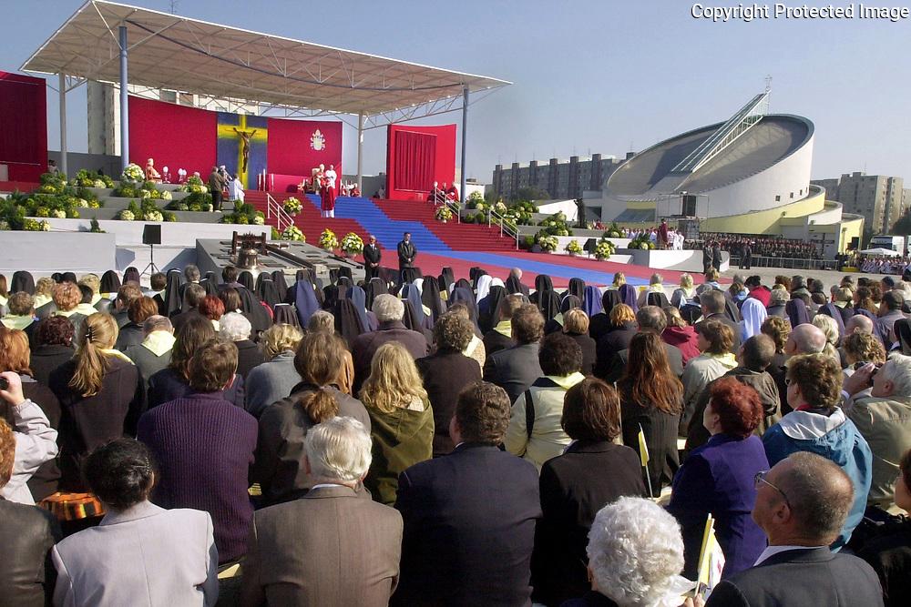 Pápež Ján Pavol II. 14. septembra 2003  prišiel do areálu petržalského Kostola Svätej rodiny v Bratislave , kde celebroval svätú omšu.  Foto : TASR - Štefan Puškáš