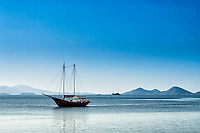 Barco na Baía Norte. Florianópolis, Santa Catarina, Brasil. / <br /> Boat on North Bay. Florianópolis, Santa Catarina, Brazil.