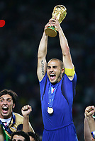 Fotball<br /> VM 2006<br /> Finale<br /> Frankrike v Italia<br /> 09.07.2006<br /> Foto: Witters/Digitalsport<br /> NORWAY ONLY<br /> <br /> Fabio Cannavaro mit WM Pokal, links Torwart Gianluigi Buffon Italien Weltmeister 2006<br /> Fussball WM 2006 Finale Italien - Frankreich 6:5 n.E. 6:5 n.E.