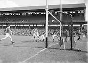 Neg No...598/8145-8149...1954AIJFCF...12. September 1954.12/09/54..All Ireland Junior Football Championship - Home Final..Kerry.3-6.Donegal.1-6. . .