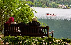 THEMENBILD - arabische Frauen sitzen mit bunten Kopftüchern auf einer Parkbank am Ufer des Zeller Sees, aufgenommen am 10. Mai 2018, Zell am See, Österreich // Arab women sit with colorful headscarves on a park bench on the shores of Lake Zell on 2018/05/10, Zell am See, Austria. EXPA Pictures © 2018, PhotoCredit: EXPA/ Stefanie Oberhauser