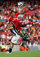 Photo: Richard Lane/Richard Lane Photography. Juventus v SV Hamburg. Emirates Cup. 03/08/2008. Hamburg's Piotr Trochowski gets above Juventus' Marco Marchionni.