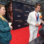 NLD/Amsterdam/20150601 - Premiere Rendez-vous, Ruben Nicolai en assistente welke alle vragen opschrijft