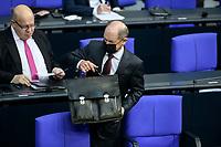 08 DEC 2020, BERLIN/GERMANY:<br /> Olaf Scholz, MdB, SPD, Bundesfinanzminister, mit Mundschutz und Aktentasche, Haushaltsdebatte, Plenum, Reichstagsgebaeude, Deuscher Bundestag<br /> IMAGE: 20201208-02-094<br /> KEYWORDS: Mund-Nase-Schutz, Corona, Corvid-19
