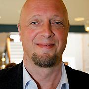 NLD/Laren/20100419 - Overhandiging boek John Kraaijkamp, Haye van der Heiden