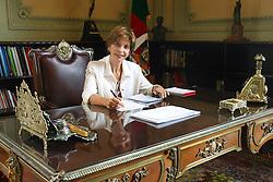 A governadora do Rio Grande do Sul, Yeda Crusius, despacha em sua mesa no gabinete. Foto: Jefferson Bernardes/Preview.com
