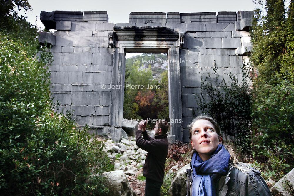 Turkije,Cirali, Antalya ,27 november 2007..Toeristen bekijken de resten van de oude stad Olympos 500m van het dorpje cirali vandaan, te bereiken vanaf het strand van Cirali...Foto:Jean-Pierre Jans