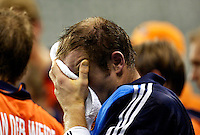 WK Hockey. halve finale. Nederland-Australie 1-4. Terwijl de andere spelers na afloop naar de bondscoach luisteren treurt Guus Vogels verder.