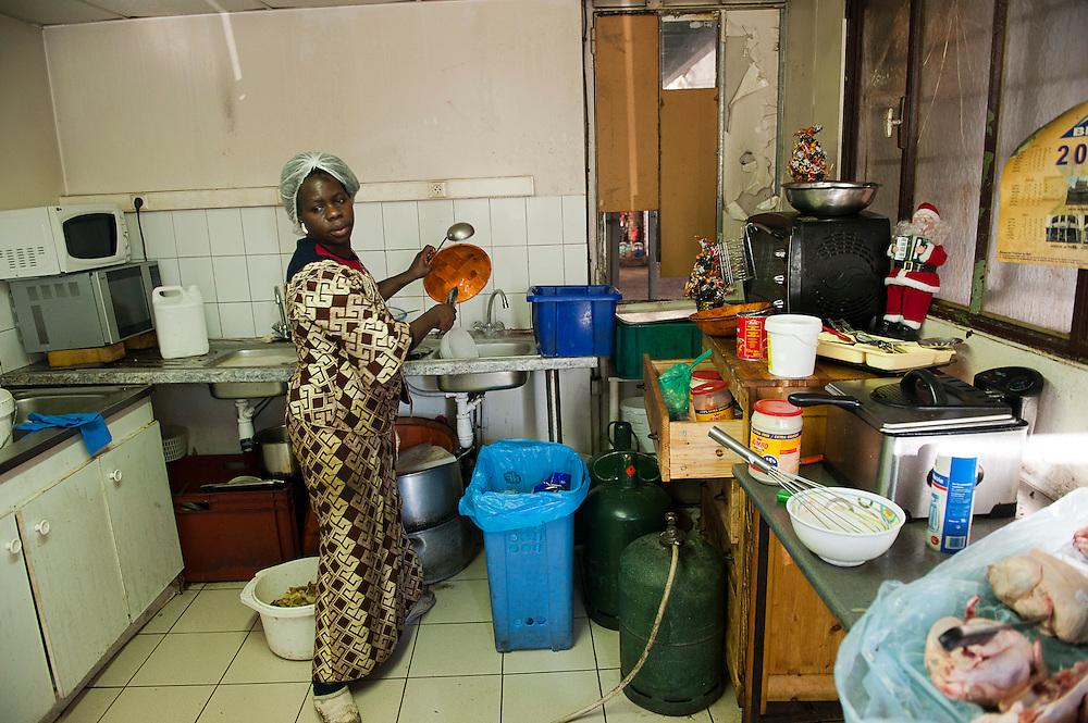 Djelika, 39 jaar, de enige vrouw in het kraakpand, ze kookt elke dag voor de 150 bewoners, een maaltijd kost 1,80 ?. Sinds 2011 wonen 150 Afrikaanse migranten in een voormalige fabriek in de Parijse voorstand Montreuil, omdat ze illegaal in Frankrijk verblijven, kunnen ze geen woonruimte huren. In het 450 m2 grote pand wonen jonge mannen uit Malië, Ivoorkust, Bukina Faso, Niger.