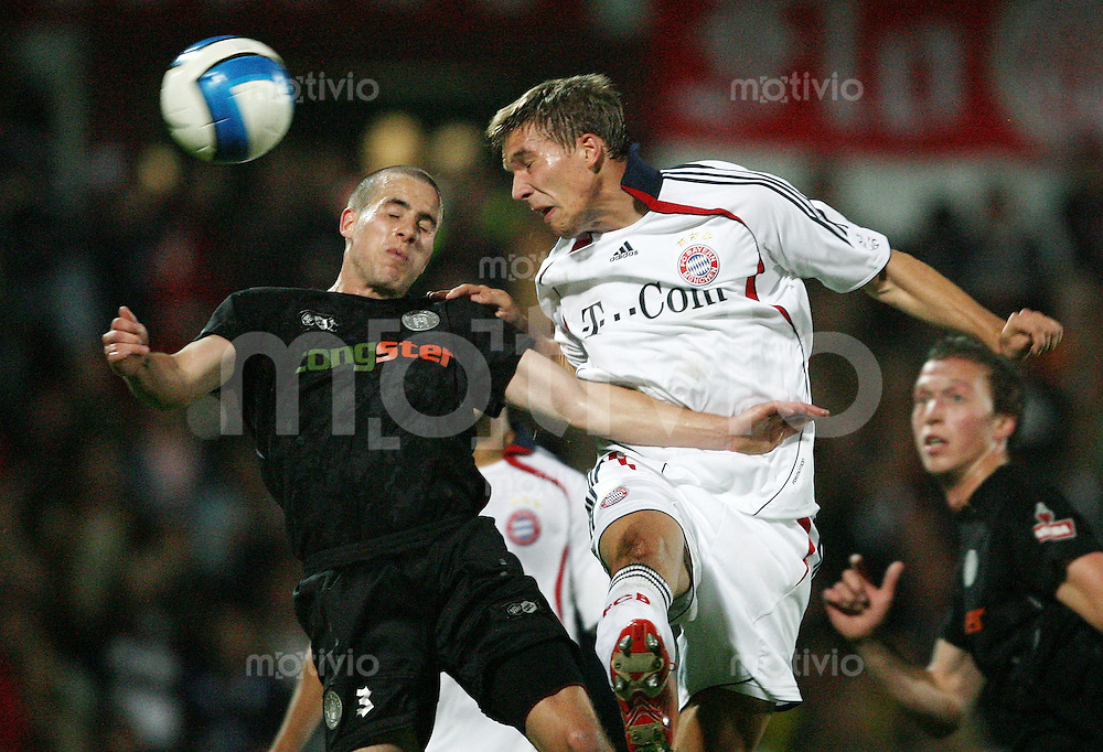 Fussball  DFB-Pokal  Saison 2006/2007  1. Hauptrunde FC St. Pauli Hamburg - FC Bayern Muenchen   Lukas PODOLSKI (re, Bayern) gegen Ian JOY (li, St. Pauli)