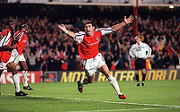 Martin Keown celebrates scoring his 1st and Arsenals 2nd goal of the match. Arsenal 3:2 FC Shakhar Donetsk, UEFA Champions League, Group B, 20/9/2000. Credit Colorsport / Paul Roberts