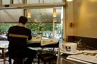 22 AUG 2002, BERLIN/GERMANY:<br /> Eine Tasse Capoccino und ein Zeitungsleser in einer Filiale von Einstein Kaffee, Kurfuerstendamm 50a<br /> IMAGE: urban20020822-01-005<br /> KEYWORDS: Caffee-Bar, Kaffee, Cafe, Logo