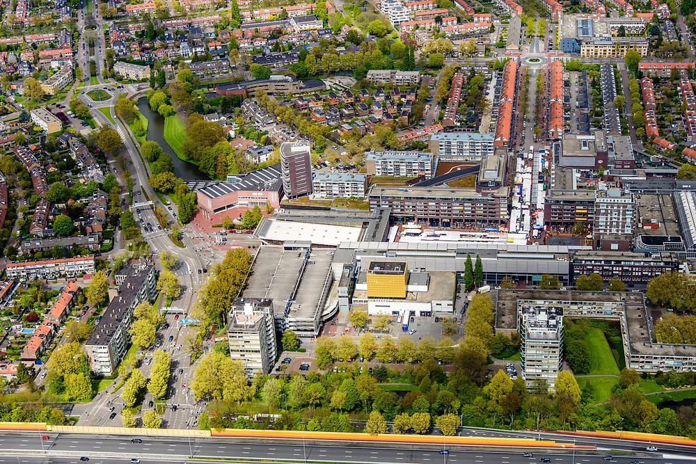 Nederland, Noord-Holland, Amstelveen, 28-04-2017; overzicht Amstelveen met Stadshart, gezien vanaf autosnelweg A9 (met oranje geluidsschermen). Stadsplein met schouwburg en markt.<br /> City centre Amstelveen.<br /> luchtfoto (toeslag op standaard tarieven);<br /> aerial photo (additional fee required);<br /> copyright foto/photo Siebe Swart
