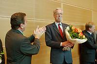 26 MAY 2003, BERLIN/GERMANY:<br /> Gerhard Schroeder (L), SPD, Bundeskanzler, und Henning Scherf (R), SPD, 1. Buegermeister Bremen, Applaus, Glueckwuensche und Blumen nach der Senatswahl in Bemen vor Beginn der Sitzung des SPD Parteirates, Willy-Brandt-Haus<br /> IMAGE: 20030526-01-025<br /> KEYWORDS: Gerhard Schröder, Bürgermeister, Gratulation