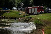 Suprasl, woj. podlaskie, 14.07.2021. Przyducha ryb na rzece Suprasl. Strazacy z OSP prowadza akcje natleniania wody, po tym, jak z rzeki Suprasl w ciagu kilku dni wylowiono ponad dwie tony snietych ryb. Przyduche, czyli brak tlenu w wodzie, spowodowala fala upalow oraz splywajace, wraz z deszczem do rzeki, substancje organiczne, m.in nawozy rolnicze. N/z akcja natleniania wody na zalewie na rzece Suprasl fot Michal Kosc / AGENCJA WSCHOD