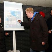 1e Sleutel overhandiging appartementen de Bun project Huizen, bewoners ondertekenen symbolisch het huurcontract