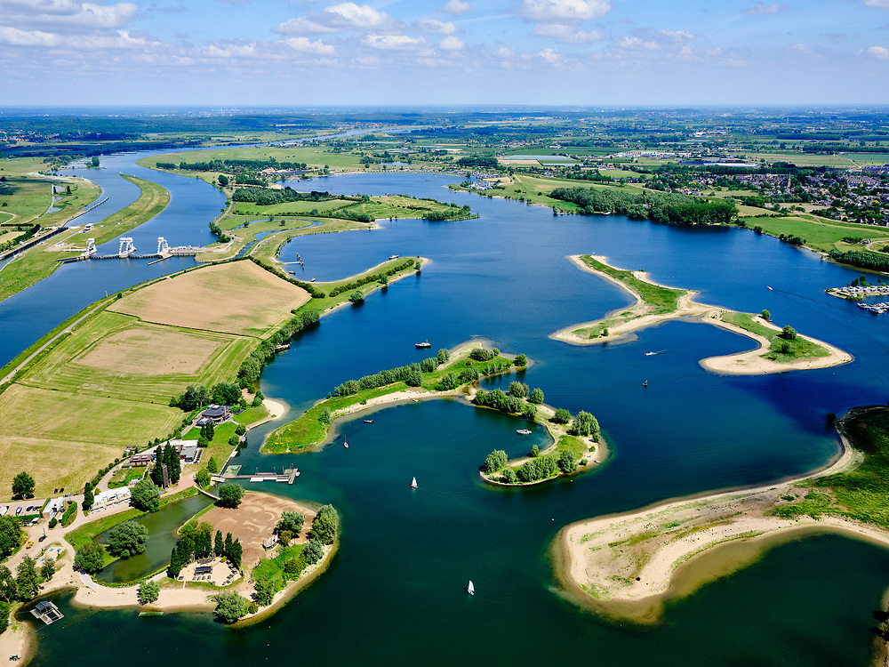 Nederland, Gelderland, Gemeente Buren, 27-05-2020; rivier de Lek, dode rivierarm en Eiland van Maurik (nabaij  de stuw in de Nederrijn bij Amerongen). Recreatiegebied voor watersporters en natuurgebied.<br /> River Lek, dead river arm and Island van Maurik (near the weir in the Nederrijn near Amerongen). Recreation area for water sports enthusiasts and nature reserve.<br /> <br /> luchtfoto (toeslag op standaard tarieven);<br /> aerial photo (additional fee required)<br /> copyright © 2020 foto/photo Siebe Swart