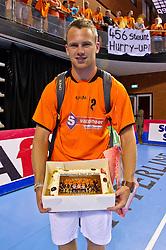 02-06-2011 HANDBAL: BEKERFINALE HURRY UP - O EN E: ALMERE<br /> Nick Masmeijer krijgt een taart voor zijn 21ste verjaardag<br /> ©2011-FotoHoogendoorn.nl / Peter Schalk