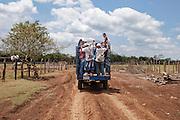Migrantes centroamericanos abordan una camioneta, previamente contratada, tras descender del viaje en lancha del Río San Pedro. El camino hacia La Palma, en México, es de unos 30 kilómetros. (Foto: Prometeo Lucero)
