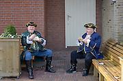 Nederland, Wijchen, 10-2-2013Carnavalsoptocht in Wijchen, ofwel Urnengat. Het eten van een snack, vette hap.Foto: Flip Franssen/Hollandse Hoogte