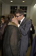 Tracey Emin and Jay Jopling. Sam Taylor Wood opening. White Cube. London. 22 Nov 2001. © Copyright Photograph by Dafydd Jones 66 Stockwell Park Rd. London SW9 0DA Tel 020 7733 0108 www.dafjones.com