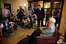 Escritor peruano Mario Vargas Llosa ganhador do Prêmio Nobel de Literatura 2010 posa para sessão de fotos após coletiva de imprensa no Hotel Intercity, em Porto Alegre. Llosa está em Porto Alegre para participar como conferencista do Fronteiras do Pensamento. FOTO: Jefferson Bernardes/Preview.com