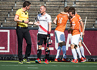 AMSTELVEEN  - Hockey -  1e wedstrijd halve finale Play Offs dames.  Amsterdam-Bloemendaal (5-5), Bl'daal wint na shoot outs.  Thijs Retra met Teun Rohof (A'dam)    COPYRIGHT KOEN SUYK
