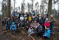 Postolowo, Puszcza Bialowieska, 30.12.2017. Zimowy Spacer Obywatelski w Puszczy . Akcja zostala zorganizowana po tym , jak Nadlesnictwo Hajnowka zamknelo dla turystow kolejne obszary lesne . Protestujacy uwazaja , ze przyczyni sie do zmniejszenia zainteresowania Puszcza turystow a tym samym po raz kolejny oslabi branze turystyczna w regionie Puszczy Bialowieskiej N/z wspolne zdjecie uczestnikow marszu fot Michal Kosc / AGENCJA WSCHOD