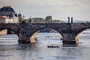 Die Prager Karlsbrücke mit dem Nationaltheater im Hintergrund.