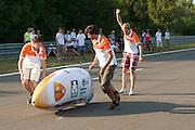 Wil Baselmans is na de tweede start op weg. In Lausitz rijdt Wil Baselmans van het Human Power Team Delft en Amsterdam de eerste poging om het uurrecord te breken. Wegens warmte heeft hij zijn poging na een half uur moeten afbreken. In september wil het team, dat bestaat uit studenten van de TU Delft en de VU Amsterdam, een poging doen het wereldrecord snelfietsen te verbreken, dat nu op 133 km/h staat tijdens de World Human Powered Speed Challenge.<br /> <br /> At the Dekra test track in Lausitz Wil Baselmans of the Human Power Team Delft and Amsterdam is riding his first attempt to set a new hour record with the VeloX3. After half an hour Baselmans has to stop due to the heat. With the special recumbent bike the team, consisting of students of the TU Delft and the VU Amsterdam, also wants to set a new world record cycling in September at the World Human Powered Speed Challenge. The current speed record is 133 km/h.