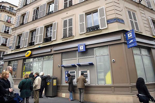 Frankrijk, Parijs, 28-3-2010Filiaal van de bank la poste, la banque postale, met geldautomaten.Foto: Flip Franssen/Hollandse Hoogte