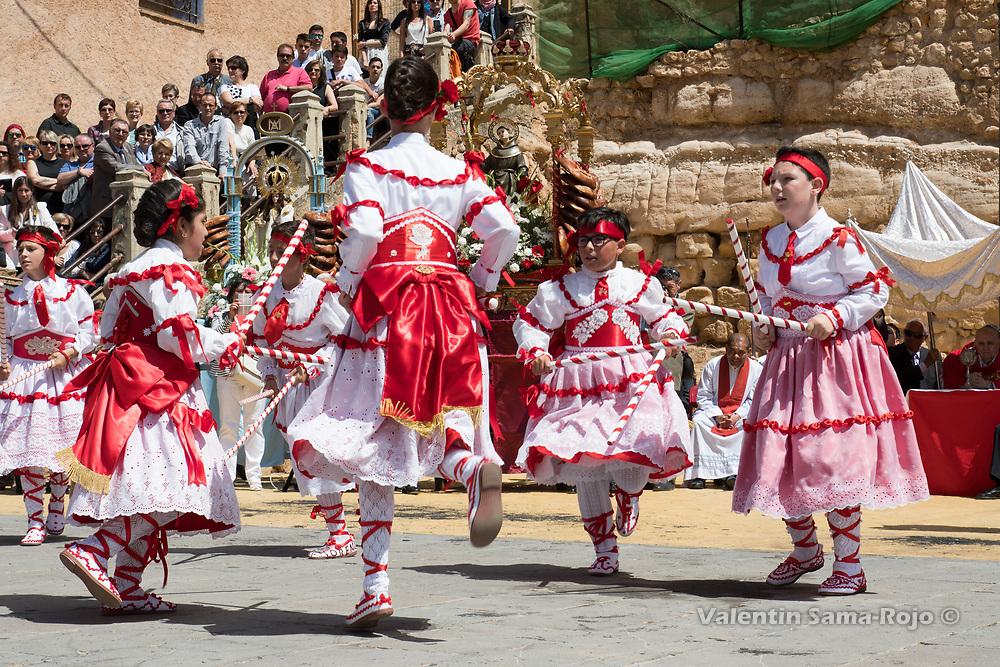 Cetina, Spain. 19th May, 2017. The 'Danzantes' performing the 'Dance' at the main square of Cetina.