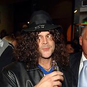 NLD/Amsterdam/20060930 - Premiere Jackass 2, Johnny Knoxville neemt een slok drank