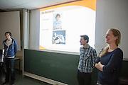 In Amsterdam presenteert het Human Power Team Delft en Amsterdam (HPT), dat bestaat uit studenten van de TU Delft en de VU Amsterdam, de rijders waarmee ze zowel het sprintrecord als uurrecord willen breken. In 2013 reed Sebastiaan Bowier een nieuw sprintrecord in de VeloX3 van het team: 133,78 km/h. Dit jaar hoopt het team dat record aan te scherpen en het uurrecord te breken dat staat op ruim 90 km/h. Voor het eerst willen ze ook het record bij de vrouwen in handen krijgen. Die staan beide op naam van de Francaise Barbara Buatois. Rechts staat Irene Tesink, daarnaast Rick Houwers.<br /> <br /> In Amsterdam the Human Power Team Delft and Amsterdam, consisting of students of the TU Delft and the VU Amsterdam, presents the riders for the new attempts to set new world records on the bike. The current speed record is set in 2013 byj the team with Sebastiaan Bowier: 133,78 km/h. This year they also want to set new records for women.