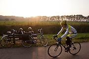 Fietsers genieten in de buurt van Rhijnauwen van een mooie herfstzon.<br /> <br /> Cyclists are enjoying a nice day in November at Rhijnauwen.
