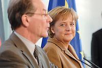 10 JAN 2007, BERLIN/GERMANY:<br /> Franz Muentefering (L), SPD, Bundesarbeitsminister, und Angela Merkel (R), CDU, Bundeskanzlerin, waehrend einer Pressekonferenz zu den Ergebnissen der vorangegangenen Kabinettsitzung, Bundeskanzleramt<br /> IMAGE: 20070110-01-019<br /> KEYWORDS: Franz Müntefering