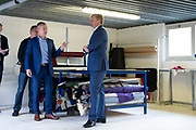 Koning Willem Alexander tijdens een werkbezoek aan twee bedrijven in Harderwijk in het kader van de Nederlandse maakindustrie. <br /> <br /> Op de foto:  De Koning op bezoek bij meubelstoffeerderij Joustra Stoelverzorgers, een sociale onderneming waar mensen met een functionele beperking werkzaam zijn.