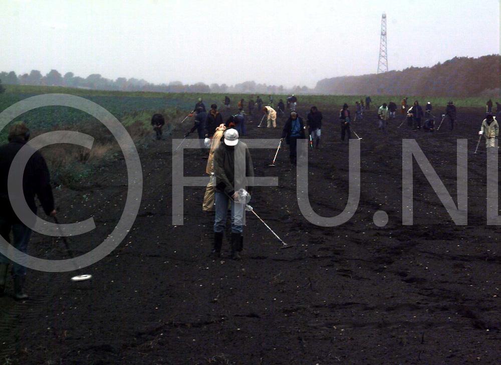 rheezerveen : aan de elfde wijk een colonne mensen die de grond aan het meten waren..foto frank uijlenbroek@1995