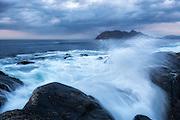 Wave refraction on west coast of Norway   Bølgebrytning på Flø, med Godøya i bakgrunnen.
