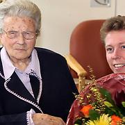 NLD/Huizen/20080219 - Burgemeester van Gils bezoekt de 100 jarige mw. Pot - Dekker uit Huizen