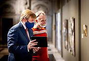 AMSTERDAM, 08-10-2020, Koninklijk Paleis Amsterdam<br /> <br /> Koning Willem Alexander reikt de Koninklijke Prijs voor Vrije Schilderkunst 2020 uit in het Koninklijk Paleis Amsterdam. Drie jonge kunstenaars worden onderscheiden en ontvangen elk een bedrag van 9.000 euro. Na de uitreiking opent de Koning de tentoonstelling waar werken van de winnaars en van de overige genomineerden te zien zijn.