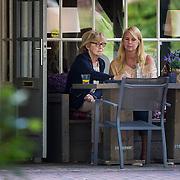 NLD/Laren/20130811 - Linda de Mol en haar moeder op een terras in Laren NH,