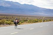 Natasha Morrison op de M5. In Battle Mountain (Nevada) wordt ieder jaar de World Human Powered Speed Challenge gehouden. Tijdens deze wedstrijd wordt geprobeerd zo hard mogelijk te fietsen op pure menskracht. Ze halen snelheden tot 133 km/h. De deelnemers bestaan zowel uit teams van universiteiten als uit hobbyisten. Met de gestroomlijnde fietsen willen ze laten zien wat mogelijk is met menskracht. De speciale ligfietsen kunnen gezien worden als de Formule 1 van het fietsen. De kennis die wordt opgedaan wordt ook gebruikt om duurzaam vervoer verder te ontwikkelen.<br /> <br /> Natasha Morrison on the M5. In Battle Mountain (Nevada) each year the World Human Powered Speed Challenge is held. During this race they try to ride on pure manpower as hard as possible. Speeds up to 133 km/h are reached. The participants consist of both teams from universities and from hobbyists. With the sleek bikes they want to show what is possible with human power. The special recumbent bicycles can be seen as the Formula 1 of the bicycle. The knowledge gained is also used to develop sustainable transport.